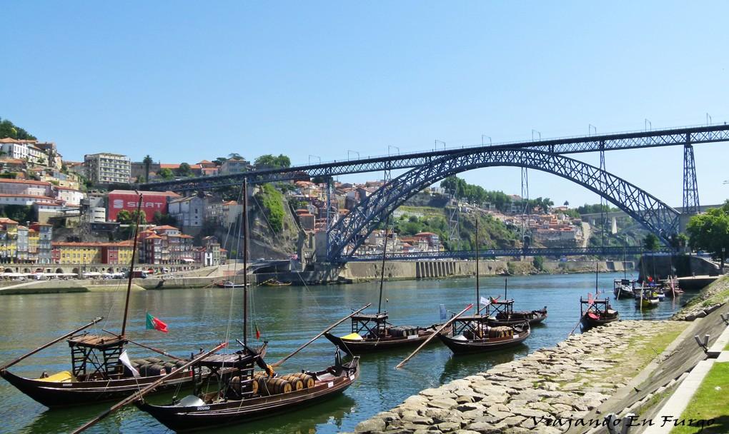 Puente de Luis I y los rabelos donde se transportaba los toneles de vino