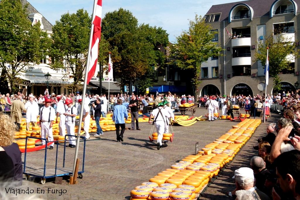 Los porteadores transportando los quesos