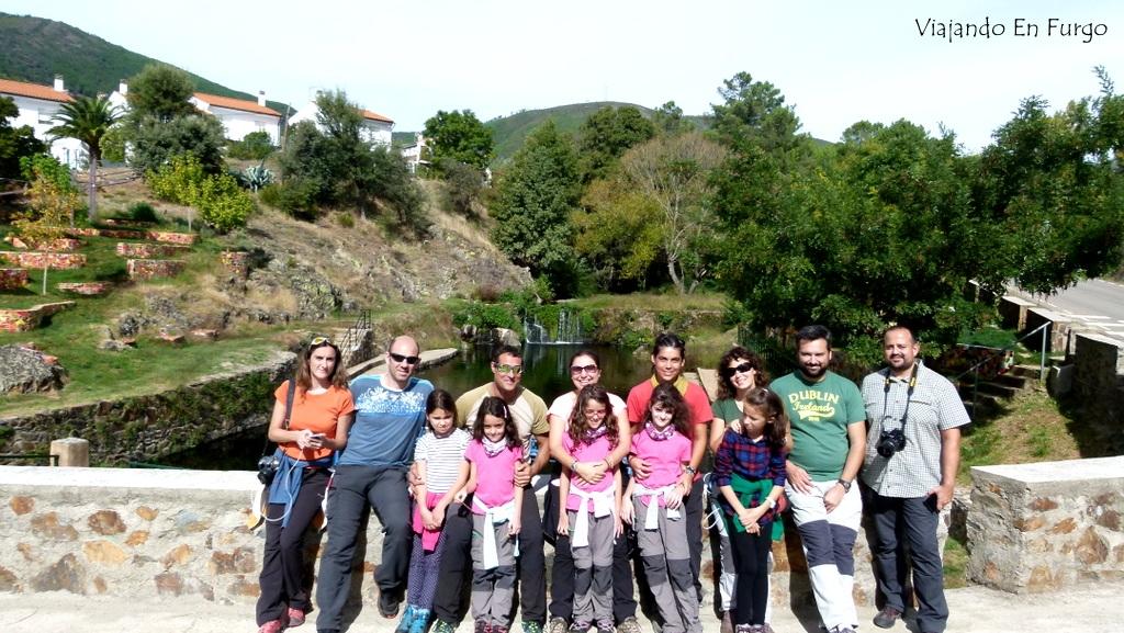 El equipo de #SierradeGataconniños en la piscina natural de Descargamaría