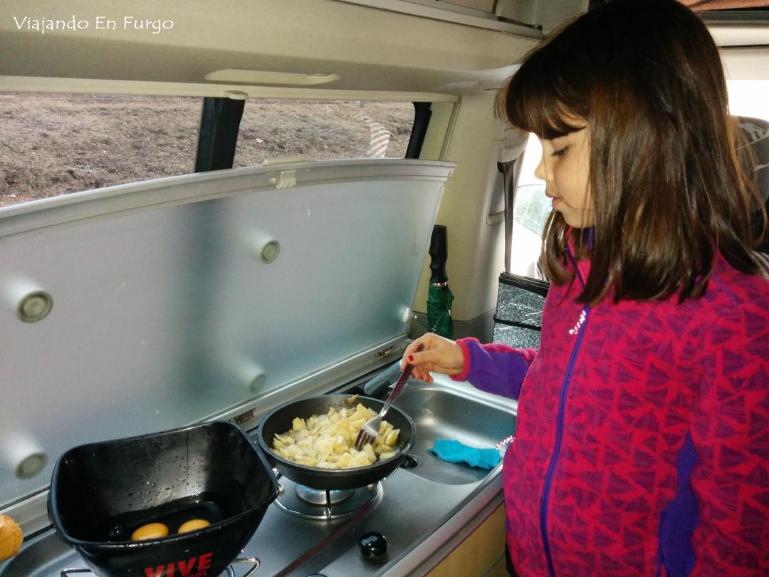 Cocinando en la furgo