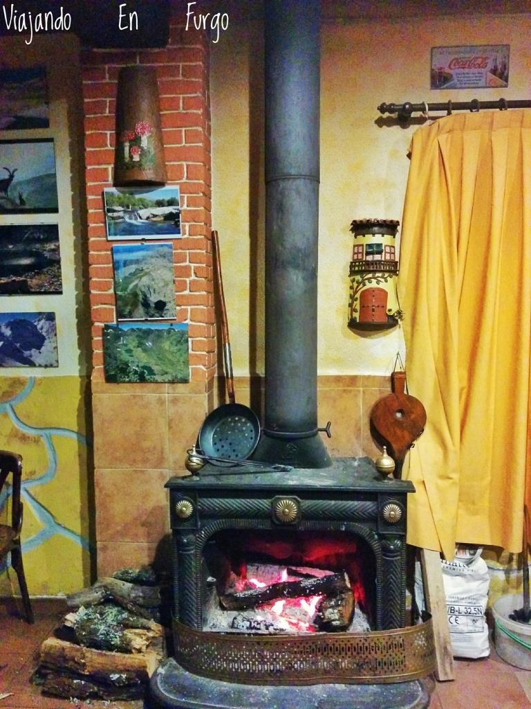 Una buena chimenea no puede faltar en Gredos. Bar Tito