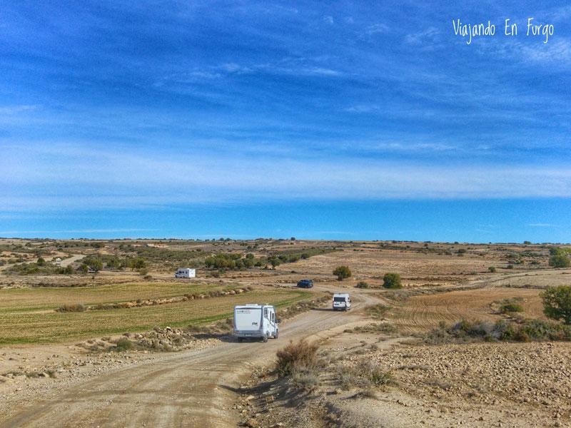 Caravana de campers y autocaravanas por la pista que lleva a Sena