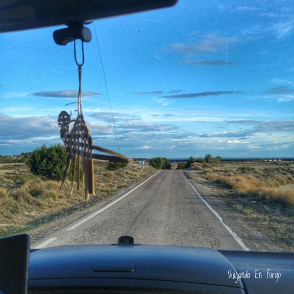 Carretera solitaria en Los Monegros