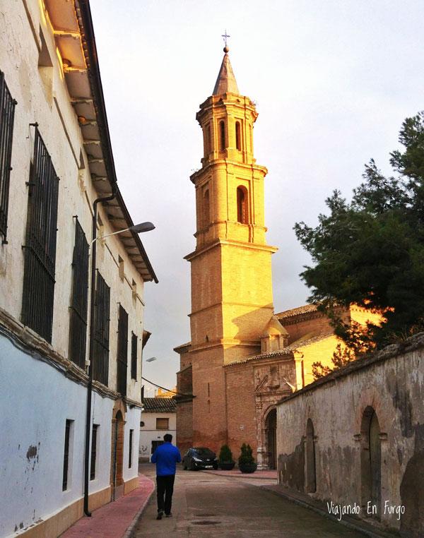 Iglesia de Valfarta donde se ve su alto campanario.