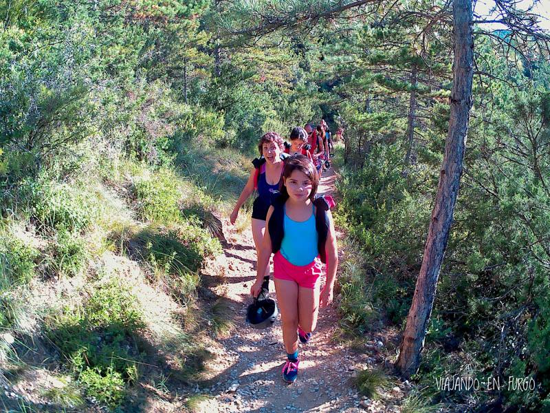 Caminando por el bosque hacia el inicio del descenso
